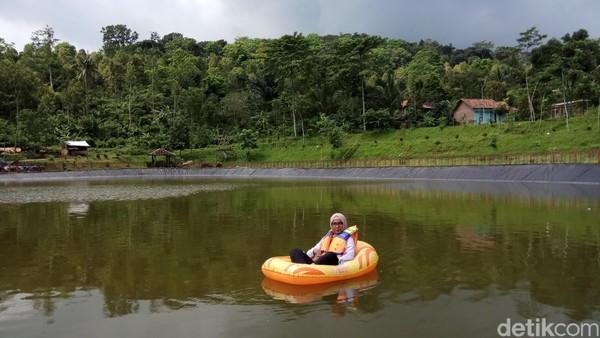 Kalau kamu mau naik perahu harus membayar Rp 10 ribu, itu untuk satu kali putaran mengitari Embung Sebligo (Aji Kusuma/detikTravel)
