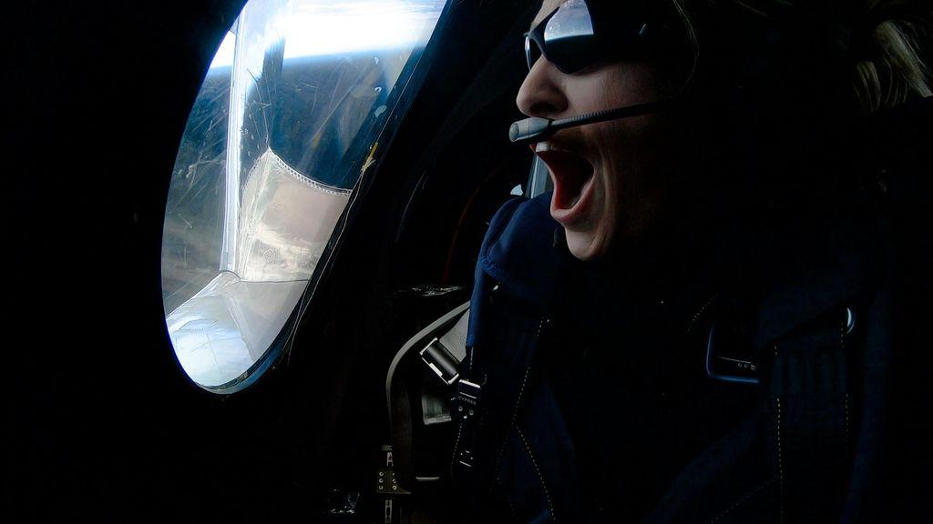 Beth Moses yang merupakan Chief Astronaut Instructor Virgin Galactic, yang akan ditugaskan untuk melatih para turis antariksa, berperan sebagai penumpang pesawat VSS Unity untuk mengevaluasi kabin dan pengalaman penumpang. Foto: Reuters