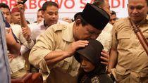 Prabowo dapat Surat Cinta dan Celengan dari Bocah Gendis di Medan
