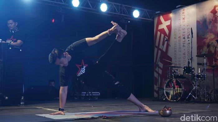 Pose yoga oleh Anjasmara. Foto: Khadijah Nur Azizah/detikHealth