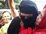 Mulan Jameela Dicium Emak-emak Saat Jenguk Dhani di Rutan Medaeng