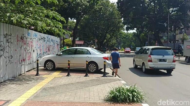 Duh! Trotoar di Jalan Mahakam Jaksel Malah Jadi Tempat Parkir Mobil