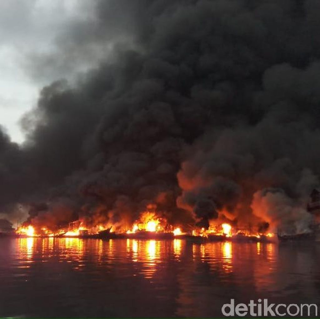 Penampakan Kebakaran Kapal Nelayan di Muara Baru