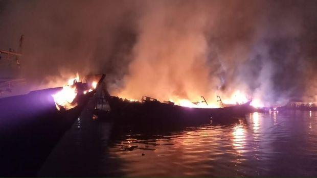 Kapal nelayan di Pelabuhan Muara Baru terbakar
