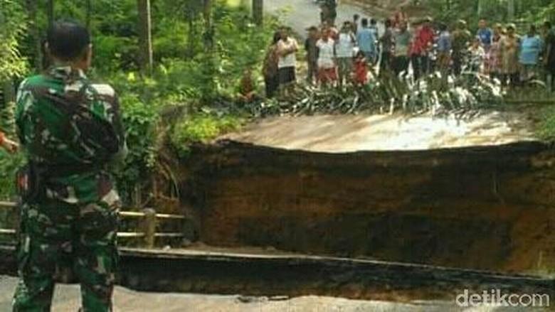 Jembatan Penghubung Antar Kabupaten di Trenggalek Putus Total