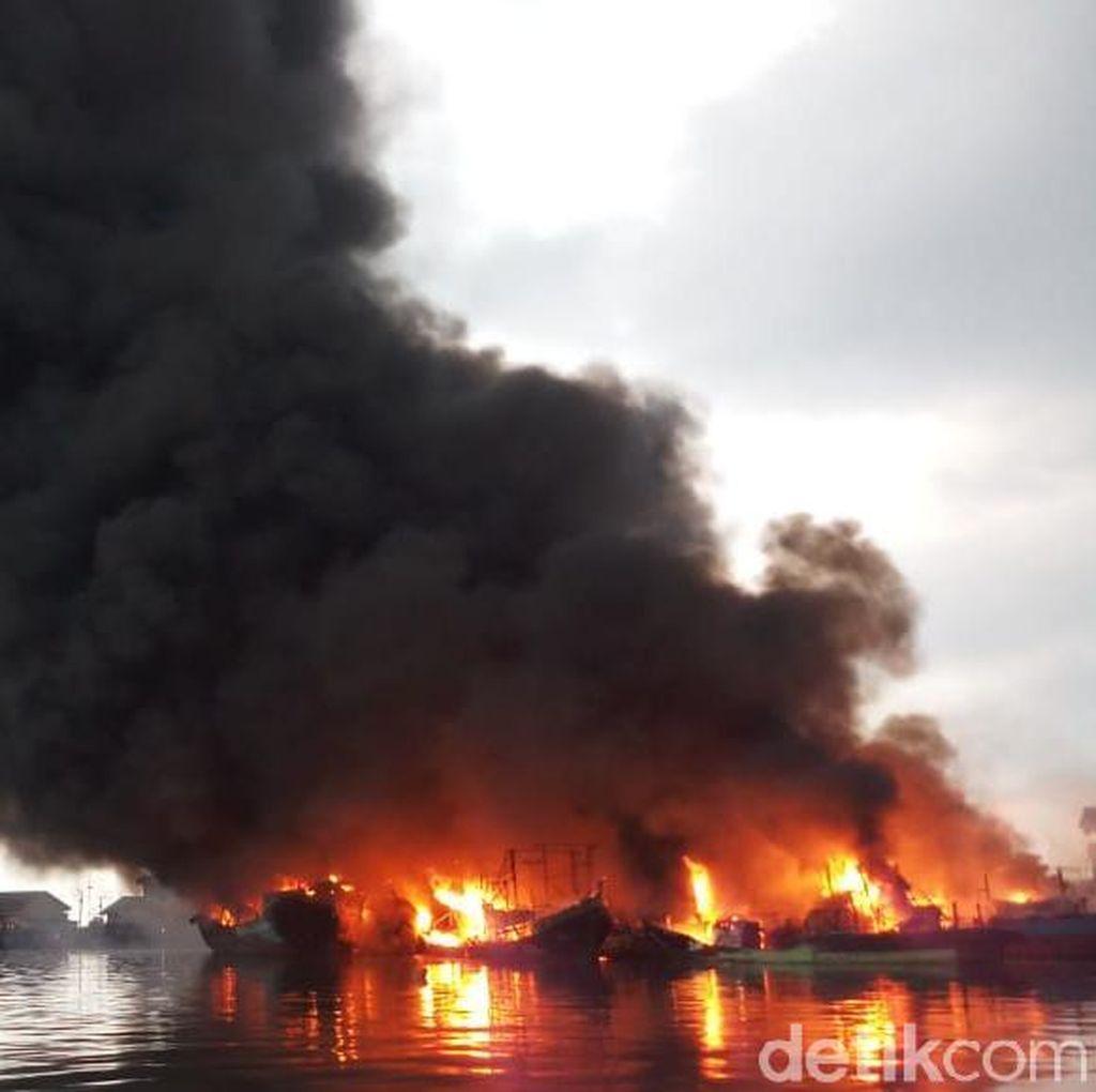 Sudah Hampir 3 Jam, Kebakaran Kapal Nelayan di Muara Baru Belum Padam