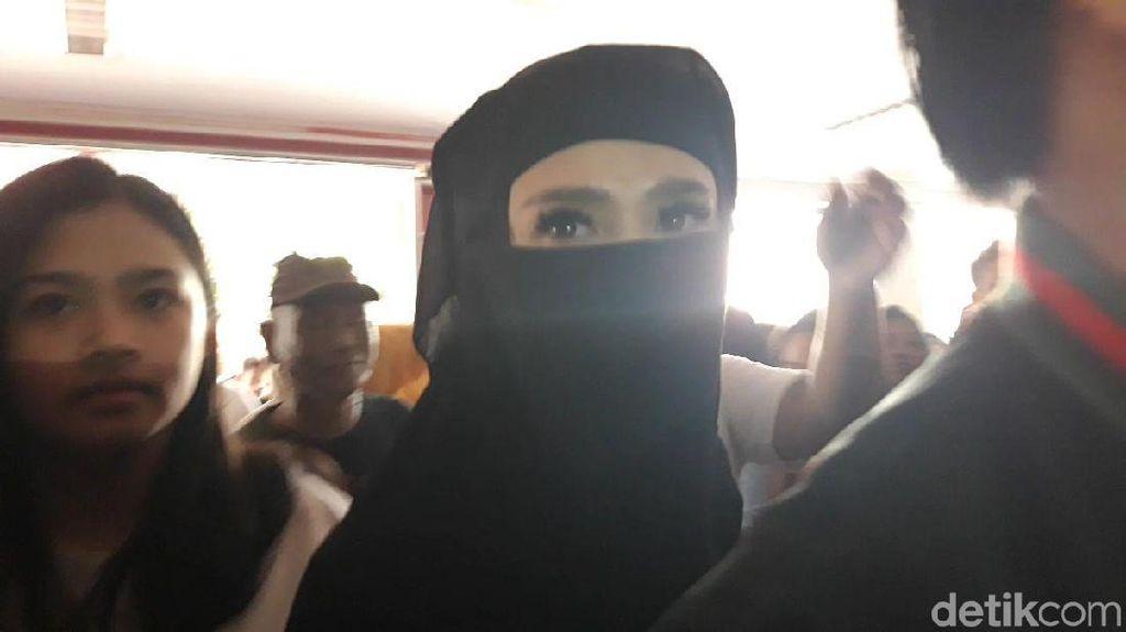 Sambangi Rutan Medaeng, Mulan Jameela Disambut Kecupan Fans