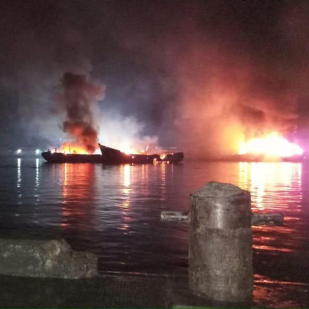 Sebagian Kapal Ikan yang Terbakar di Muara Baru Mulai Padam