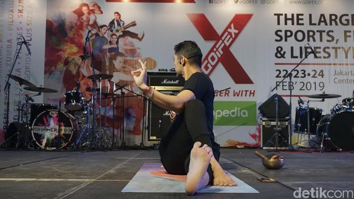Ternyata, sang istri juga turut andil mengajaknya untuk ikutan olahraga yoga. Katanya, biar bisa pose yang menantang. (Foto: Khadijah/detikHealth)