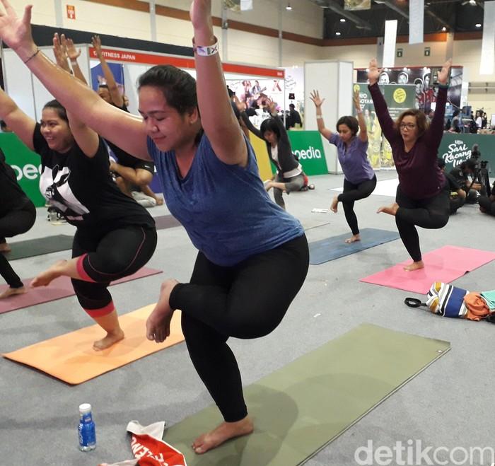 Nah, kalau ini adalah gerakan variasi yang membuka pangkal paha di chair pose, kata Shinta. Chair pose adalah posisi tubuh yang menyerupai orang duduk tanpa kursi, untuk melatih otot lengan dan kaki. (Foto: Rosmha Widiyani/detikHealth)