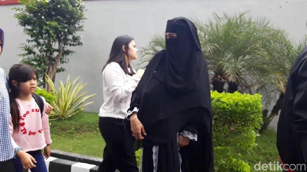 Gaya Terbaru Mulan Jameela Pakai Cadar ala Yaman