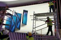 Iklan Huawei Mate X yang tengah dipasang di Barcelona.