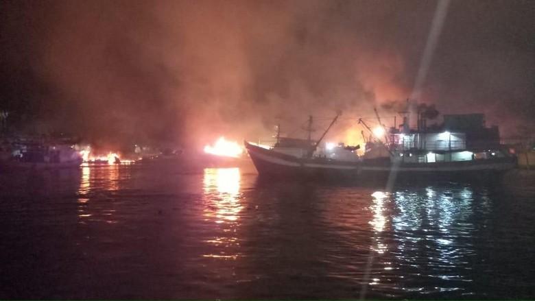 Sudah 6 Jam, Kebakaran Kapal-kapal di Muara Baru Belum Padam