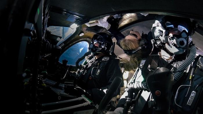Beth Moses saat di antariksa bersama dua pilot. Foto: Reuters