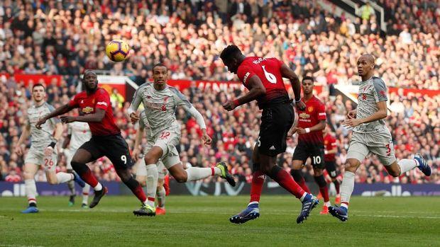 Paul Pogba melepaskan tembakan ke gawang Liverpool. (