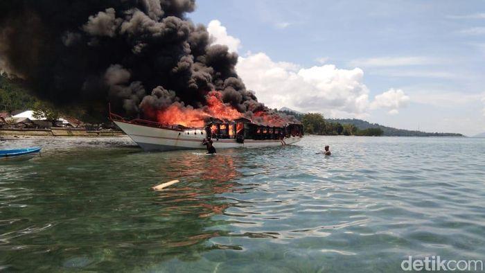 Ilustrasi Kapal Terbakar Foto: Muslimin Abbasn/detikcom