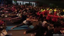 Akhir pekan saatnya meluangkan waktu untuk berolahraga. Kalau nggak mau panas-panasan di luar, kamu bisa pilih yoga. Sendiri boleh, bareng Anjasmara juga oke!