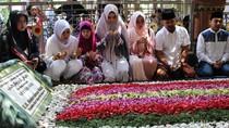Momen Mulan Jameela Ziarah ke Makam Gus Dur