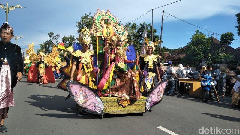 Memeriahkan Festival Pesona Bau Nyale 2019, acara Mandalika Fashion Carnival pun digelar. Gadis-gadis cantik berkostum Putri Mandalika turun berparade dan berlenggak-lenggok di jalanan Lombok (Harianto/detikTravel)