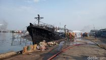 Potret Kapal-kapal Hangus Pasca Kebakaran di Muara Baru