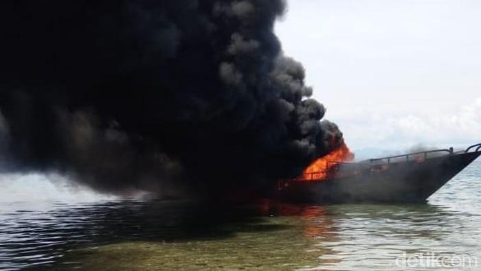 Kapal KM Saudara Sejati yang berlabuh di tepi pantai sekitar Negeri Wakal, Kabupaten Maluku Tengah, Maluku.