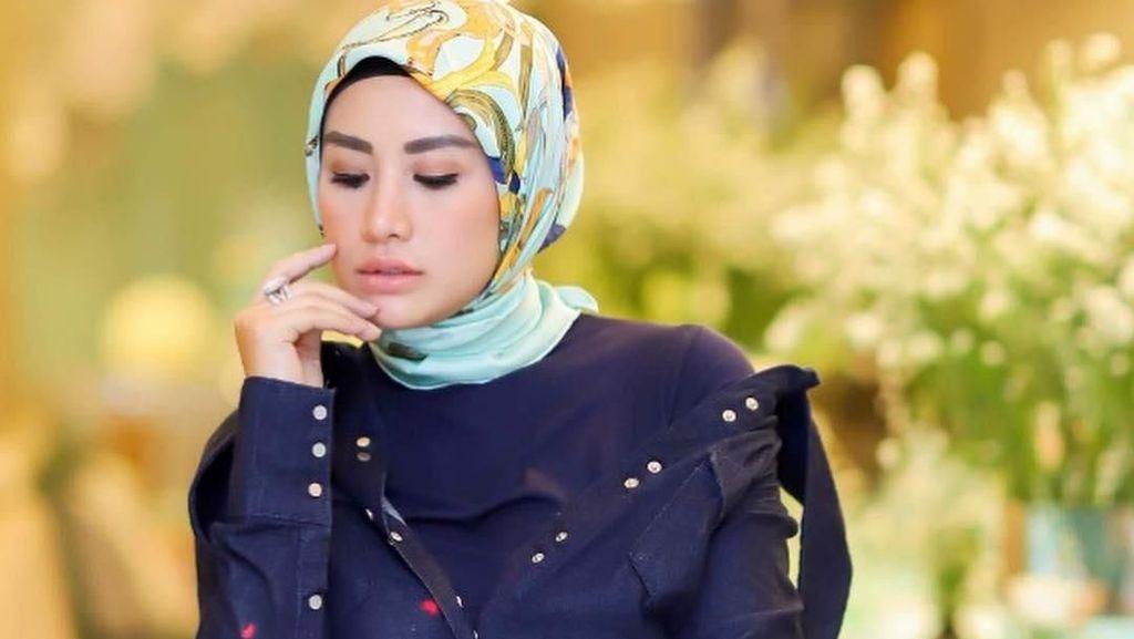 Shinta Bachir Lepas Hijab Lagi, Lihat Kembali Gaya Glamornya dengan Jilbab