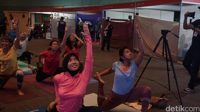 Banyak yang memilih untuk nggak olahraga karena malas panas-panasan di luar. Hm kalau begitu, kamu bisa coba yoga.(Foto: Khadijah Nur Azizah/detikHealth)