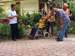 Berkursi Roda, Wali Kota Risma Sidak Dua Proyek di Surabaya