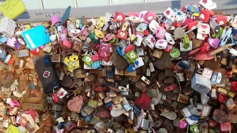 gembok cinta di Namsan Seoul Tower