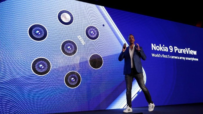 HMD Global Product Officer Juho Sarvikas dalam peluncuran Nokia 9 Pureview. (Foto: REUTERS/Rafael Marchante)