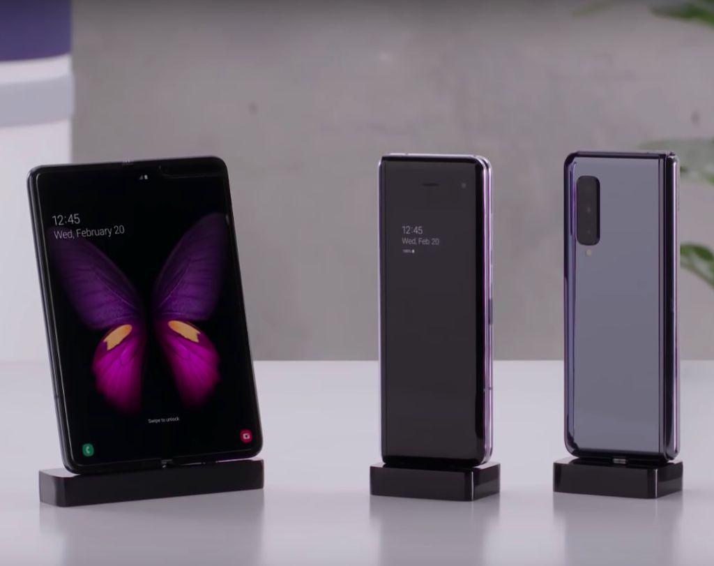 Galaxy Fold dalam kedaan tertutup dan terbuka menjadi tablet. Foto: YouTube Samsung