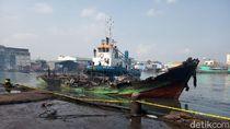 Kapal-kapal Ikan yang Terbakar di Muara Baru Mulai Dievakuasi