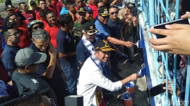 Wagub Emil Ikut Gotong-royong Ngecat Stadion Kanjuruhan