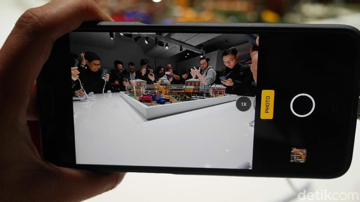 Menjajal zoom optik 10x bikinan Oppo. (Foto: Anggoro Suryo Jati/detikINET)