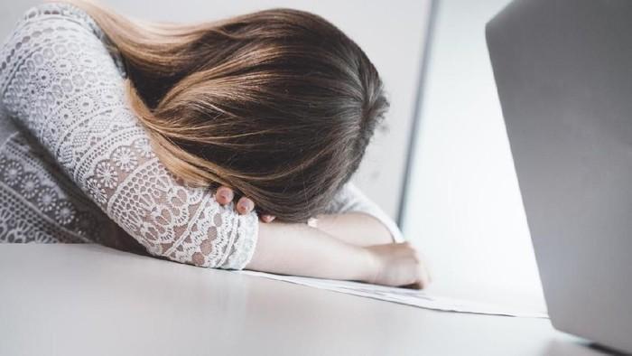 Banyak karyawan memaksakan diri masuk kerja saat sakit karena kantornya tidak mau percaya (Foto: iStock)