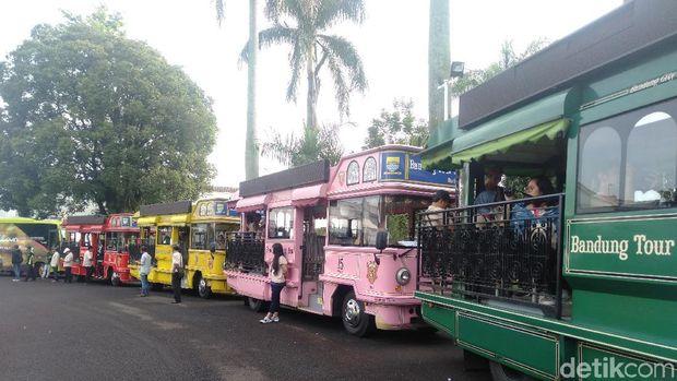 Menaiki Bandros, Ridwan Kamil Beri Sambutan Sebelum Kunjungi Taman Dilan