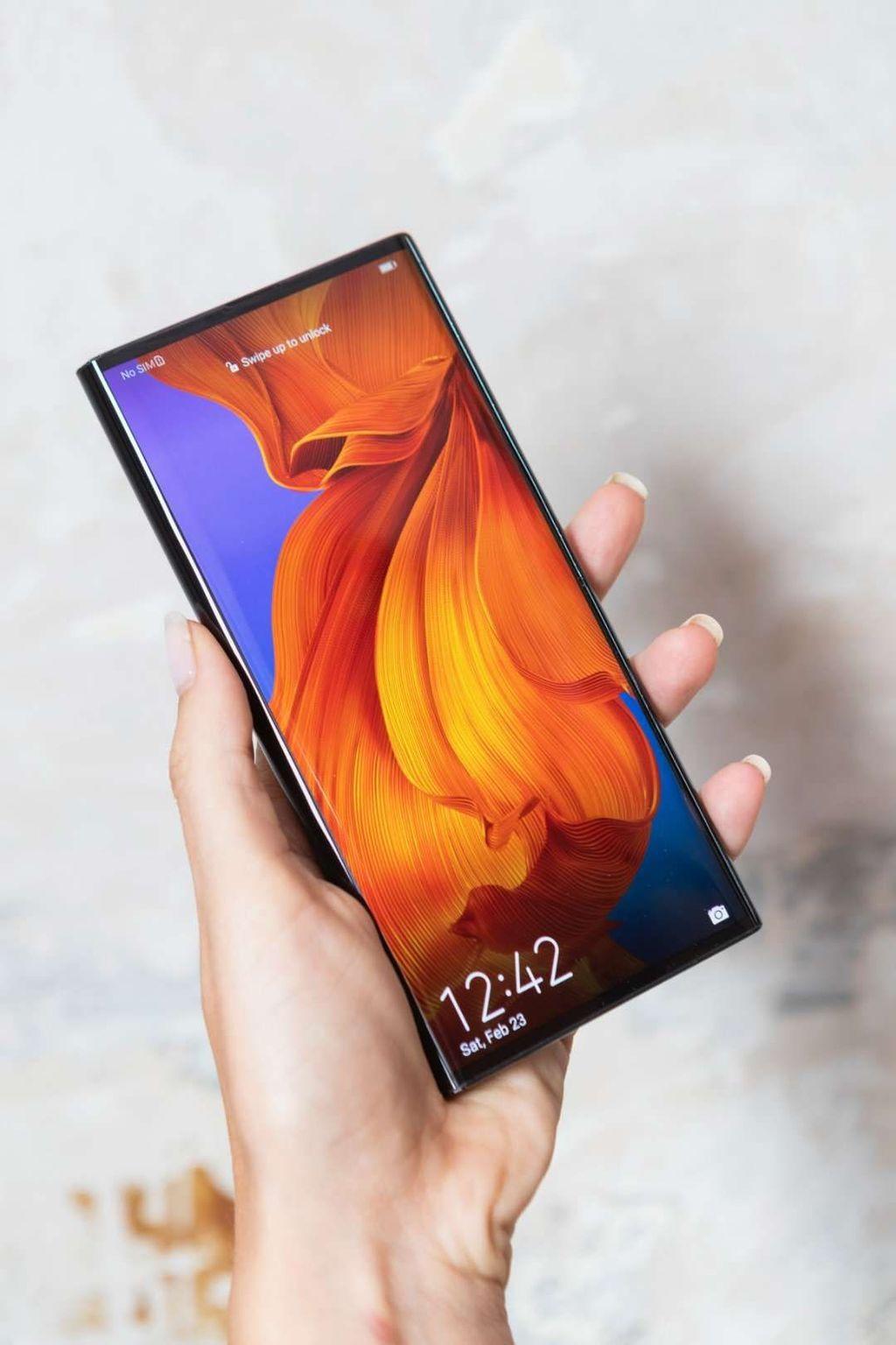 Ini adalah bagian depan Huawei Mate X dalam posisi terlipat. Layarnya 6,6 inch. Foto: Huawei