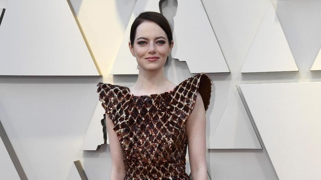 Gaya Emma Stone di Oscars 2019 Ini Disebut Netizen Indonesia Mirip Salak