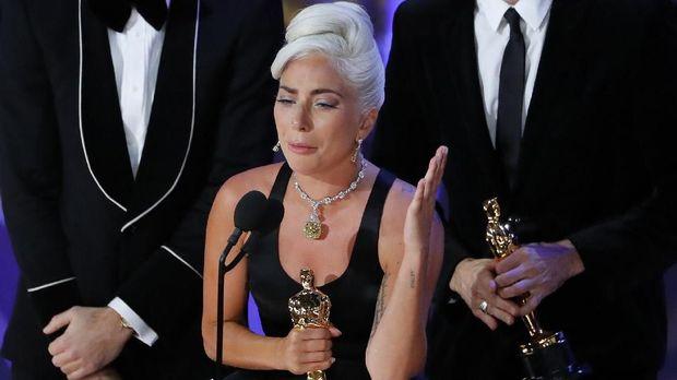 Lady Gaga menangis saat memenangkan Oscar pada Februari lalu.