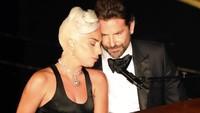 Puja-puji Romantis Lady Gaga untuk Bradley Cooper di Panggung Oscar