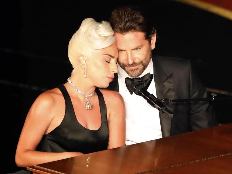 Kemesraan Lady Gaga dan Bradley Cooper. Foto: REUTERS/Mike Blake