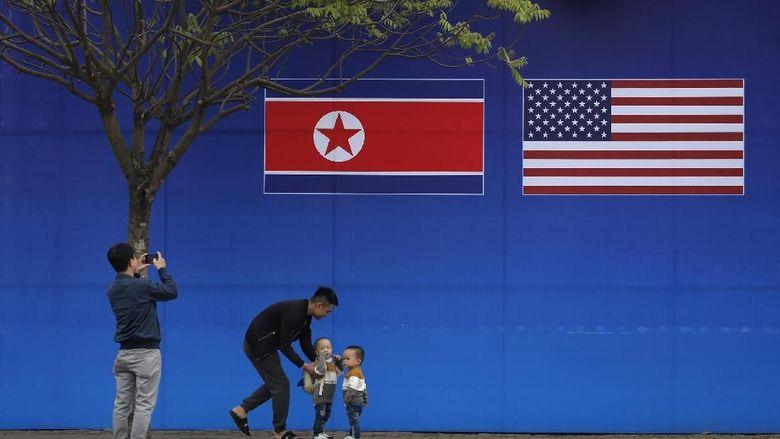Kota Hanoi dipilih menjadi lokasi pertemuan dua pemimpin dari Korut dan AS. Berbagai atribut menyambut dua pemimpin itu pun mulai menghiasi ibu kota Vietnam.