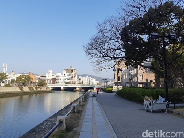 Peace Memorial Park memiliki luas 120.000 meter persegi dan terbagi dalam beberapa bagian. Setelah berkeliling di A-bomb Dome, wisatawan bisa berjalan menyurusi Sungai Ota. (Bonauli/detikTravel)