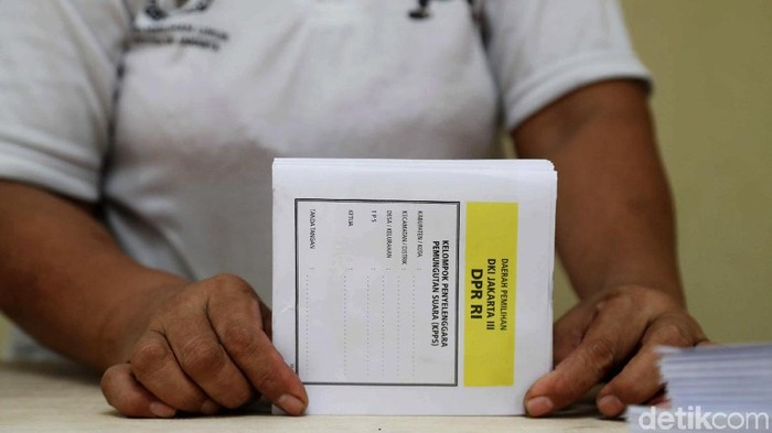 Sejumlah pekerja melipat surat suara Pemilu 2019 di kantor KPU Jakarta Utara, Senin (25/2/2019).