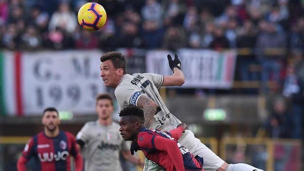 Upaya striker Juventus Mario Mandzukic menanduk bola. (
