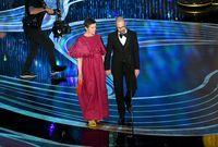 Nyentrik, Aktris Ini Pakai Sendal di Panggung Oscars 2019