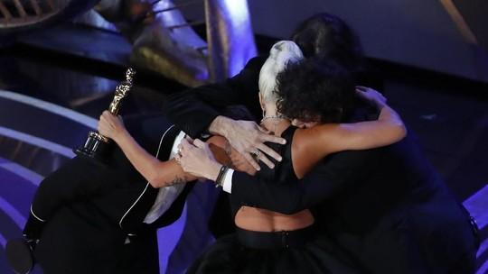 Menang di Oscar, Lady Gaga Nangis dan Peluk Bradley Cooper