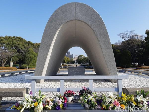 Bagian tengah monumen dibuat bolong dan langsung menghadap ke A-bomb Dome. Bunga dan kata-kata perdamaian terpampang manis di depan monumen ini. (Bonauli/detikTravel)