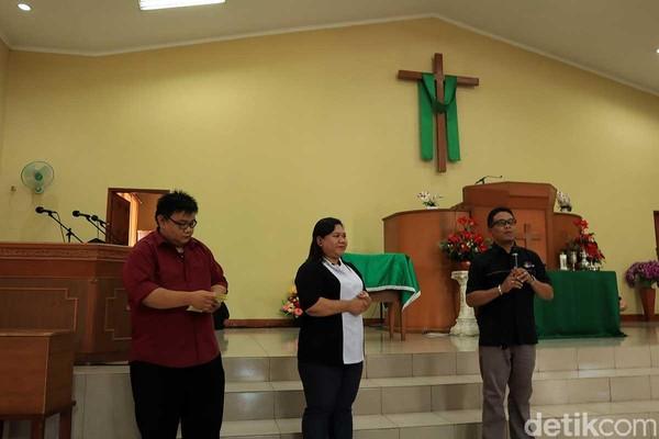 Majelis Pengurus Harian Gereja Kristen Pasundan Kampung Sawah, Hiskia Ekatana Dani (kanan), serta Pendeta Dewi Agustina dan Pendeta William Hendarmin yang memberi kata sambutan (Randy/detikTravel)