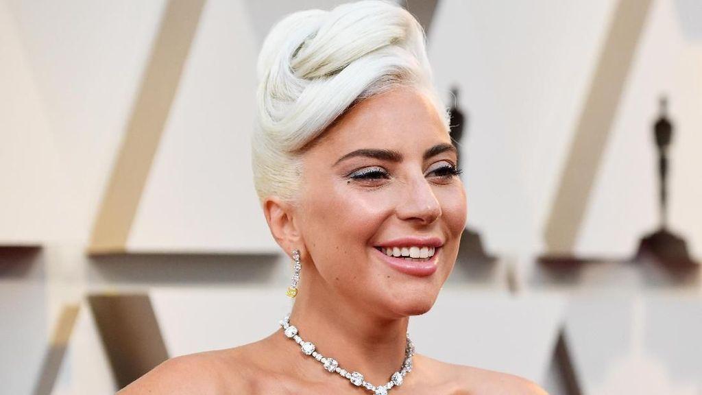 Saat Lady Gaga Pamer Foto Tanpa Makeup dan Alis Botak